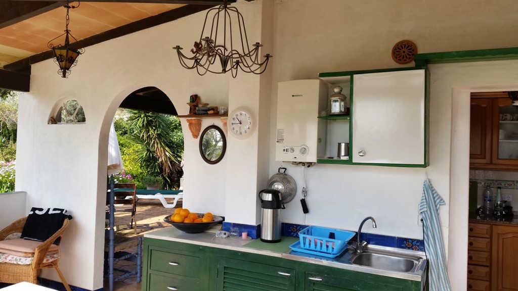 Außenküche-mit-Frühstücksecke